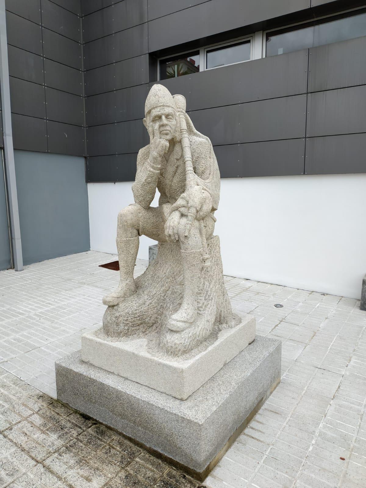 16-02-2020 instalación ao lado do auditorio do Rosal da escultura do Gaiteiro